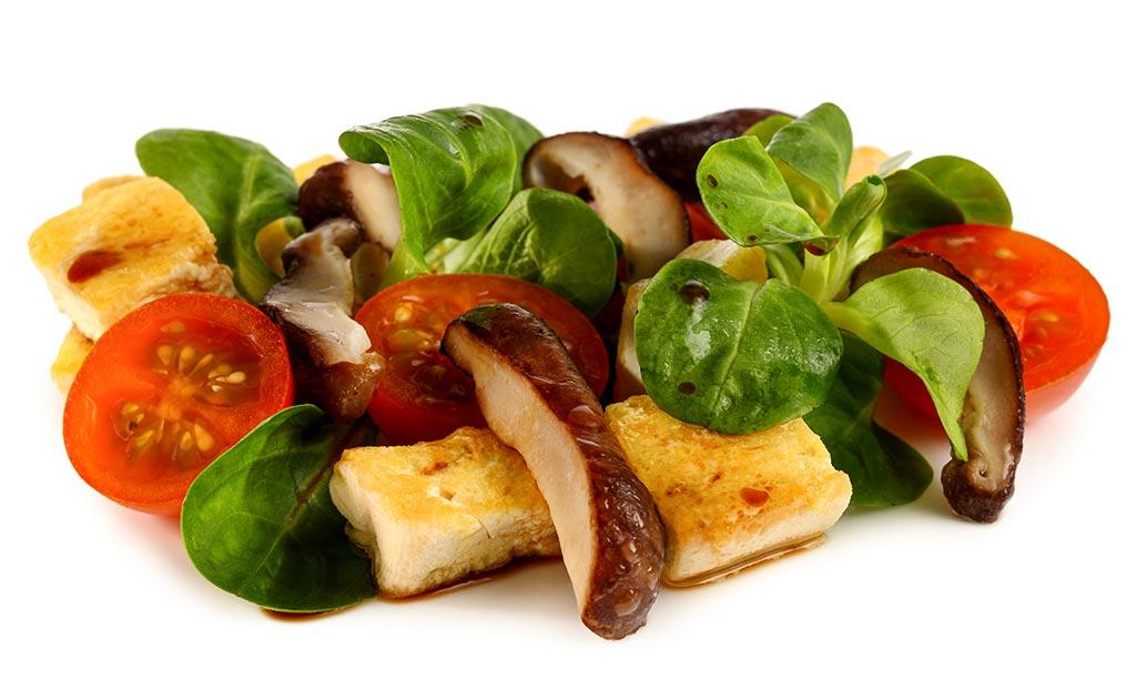 shiitake pilze auf feld salat mit tofu rezept. Black Bedroom Furniture Sets. Home Design Ideas