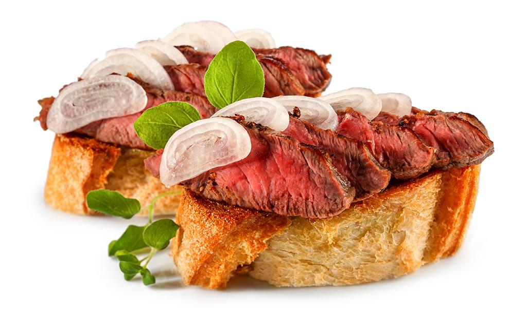 Bruschetta with steak and shallots